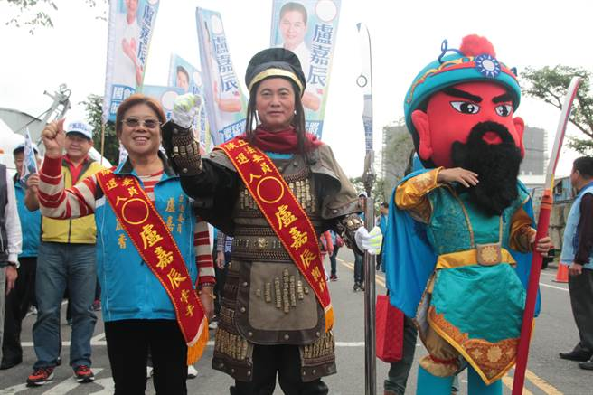 國民黨提名第10選區盧嘉辰則親自裝扮成關公模樣、手拿青龍偃月刀,由關公人偶及大批支持者陪同前來抽籤。(葉書宏攝)