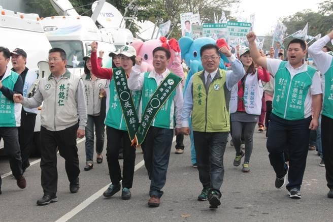 民進黨提名第10選區吳琪銘則帶著大象人偶琪琪、銘銘前來抽籤。(葉書宏攝)