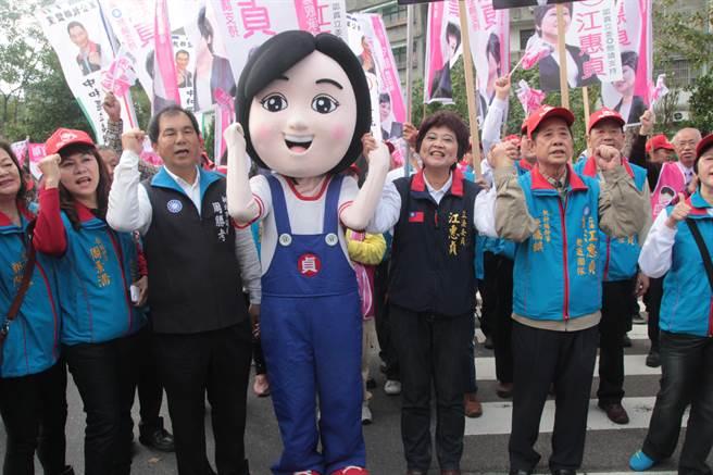 國民黨提名第7選區江惠貞則由Q版小貞陪同。(葉書宏攝)