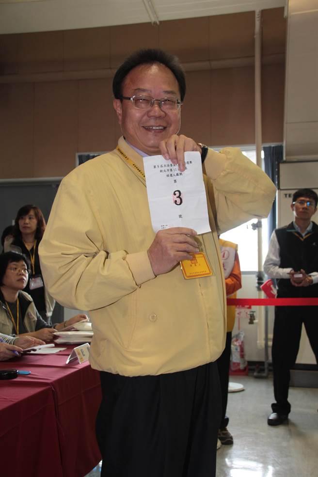 民進黨提名第11選區陳永福則由妻子陪同登記。(葉書宏攝)