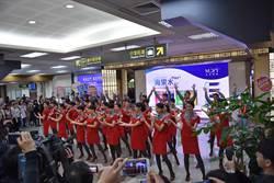 松山機場耶誕快閃秀 遠航空姐散播歡樂