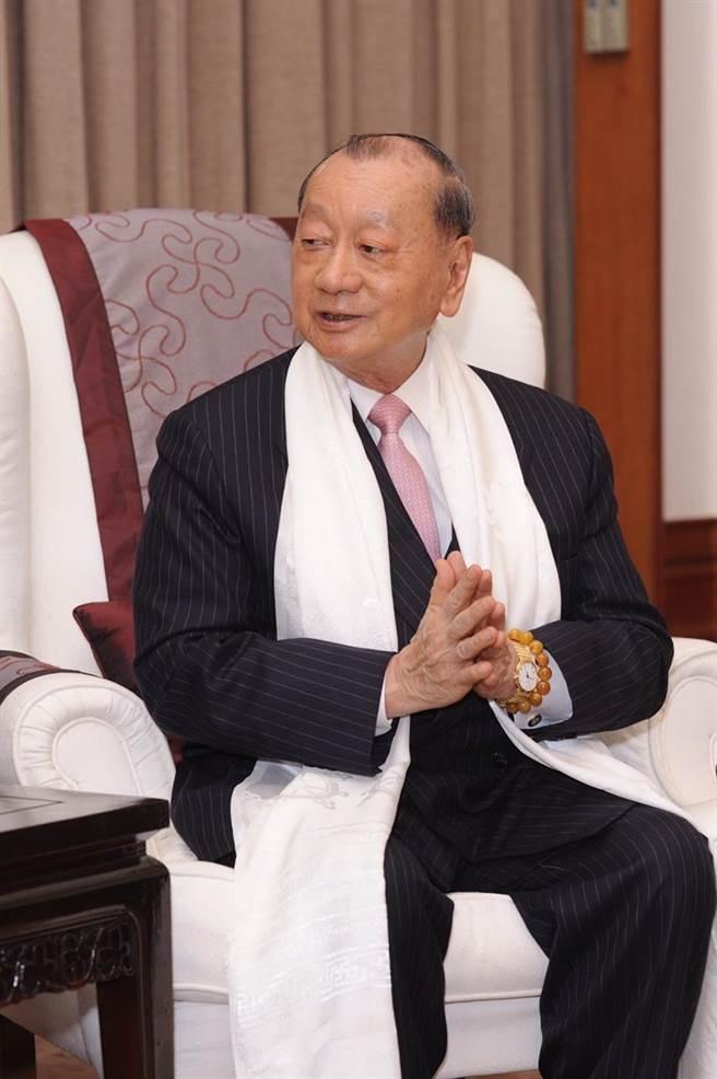 台灣商業聯合總會理事長張平沼恭請法王來台弘法。(楊彩成攝)