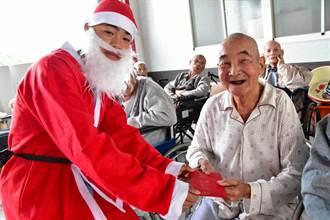 光春國中特教生扮耶誕老公公 老人中心獻溫情