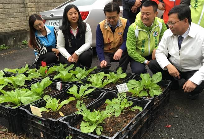 桃園市長鄭文燦(右)到大有國中視察營養午餐供應情況。(甘嘉雯攝)