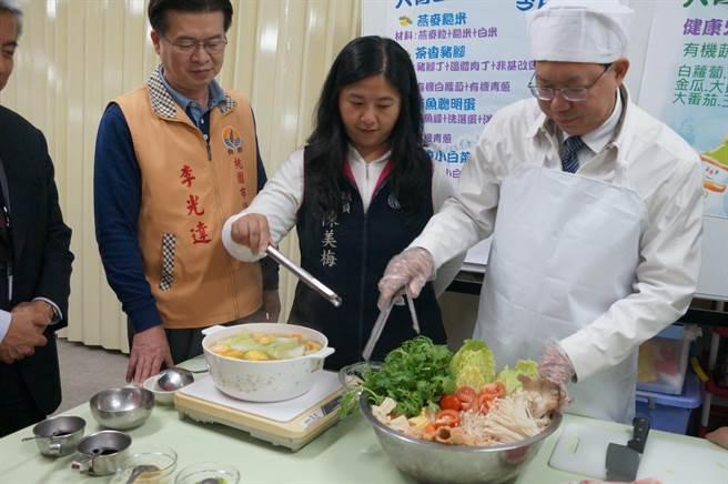 桃園市長鄭文燦到大有國中視察營養午餐供應情況。(甘嘉雯攝)