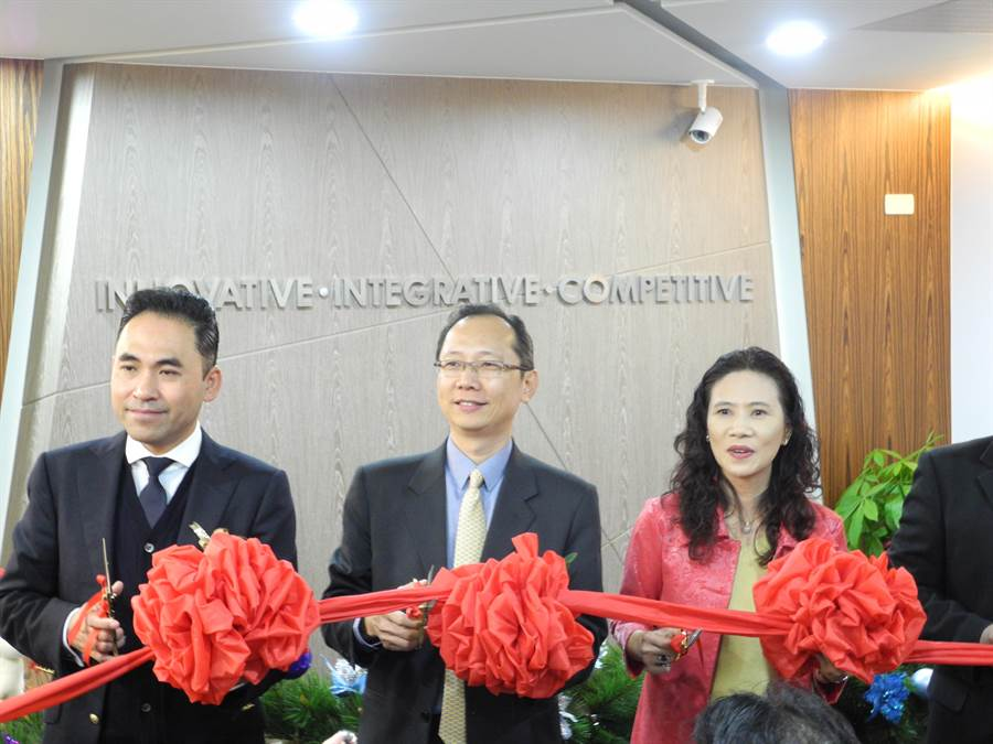 密科博股份有限公司25日正式宣布在台灣成立營運總部,密科博執行長王靖(中)及合作夥伴一同剪綵慶祝。(呂紹鋒攝)