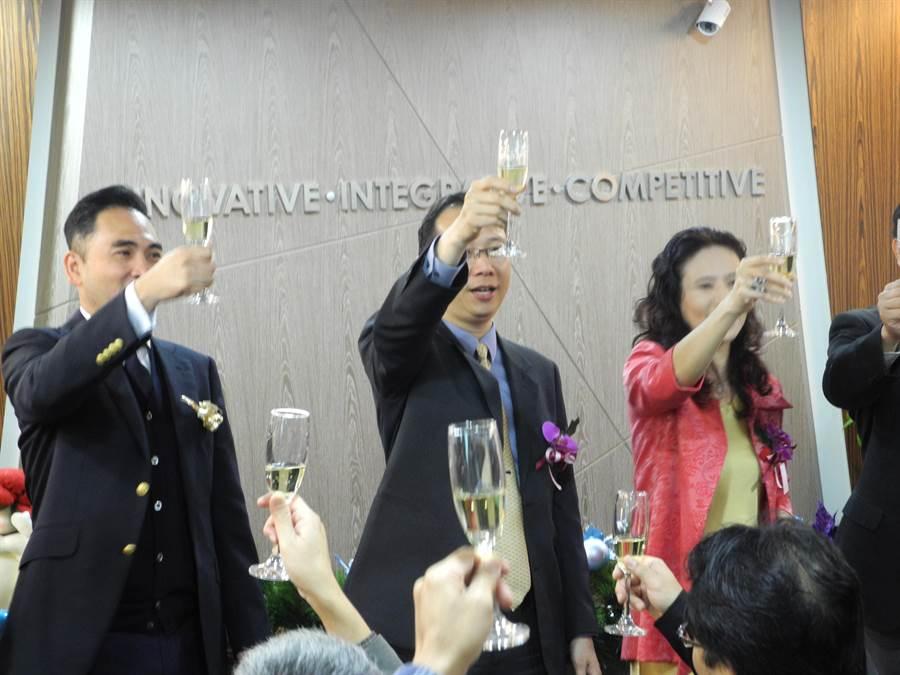 密科博股份有限公司25日正式宣布在台灣成立營運總部,密科博執行長王靖(中)及合作夥伴向各界貴賓舉杯慶祝,期望公司未來發展一切順利。(呂紹鋒攝)