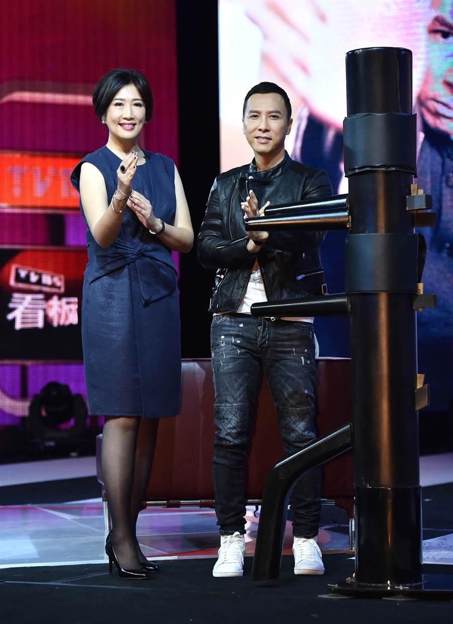 甄子丹(右)日前接受方念華專訪,還在節目教她比劃詠春拳。(圖/TVBS提供)