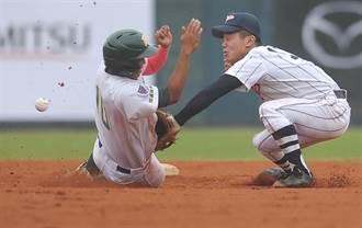 台日高中棒球賽 高苑張文賢盜二壘被球打中