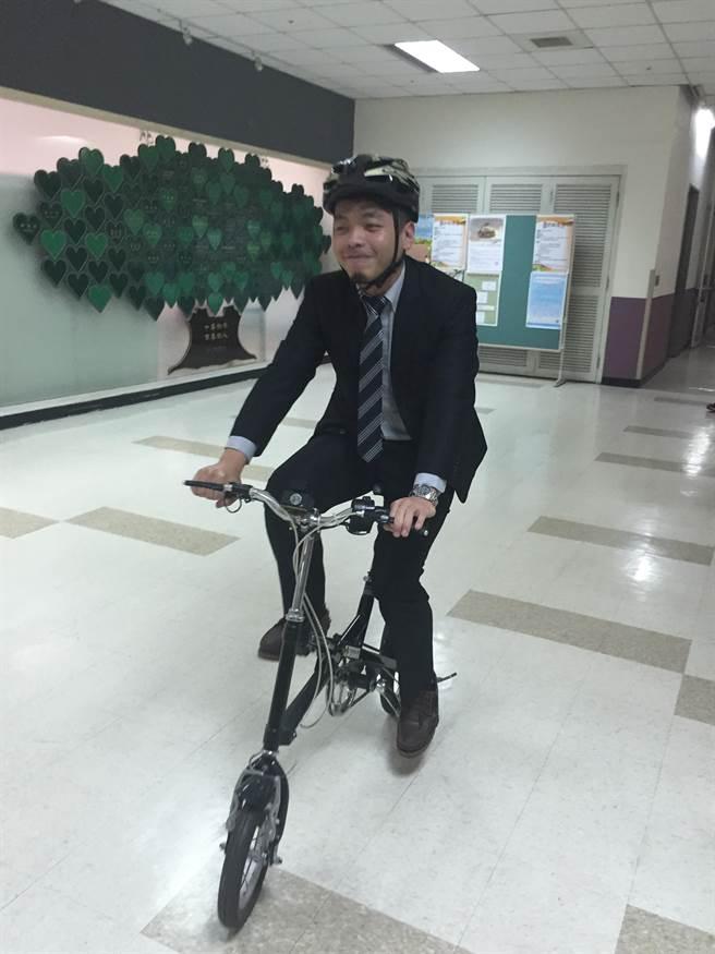 騎自行車應戴安全帽,確保安全。(廖珮妤攝)