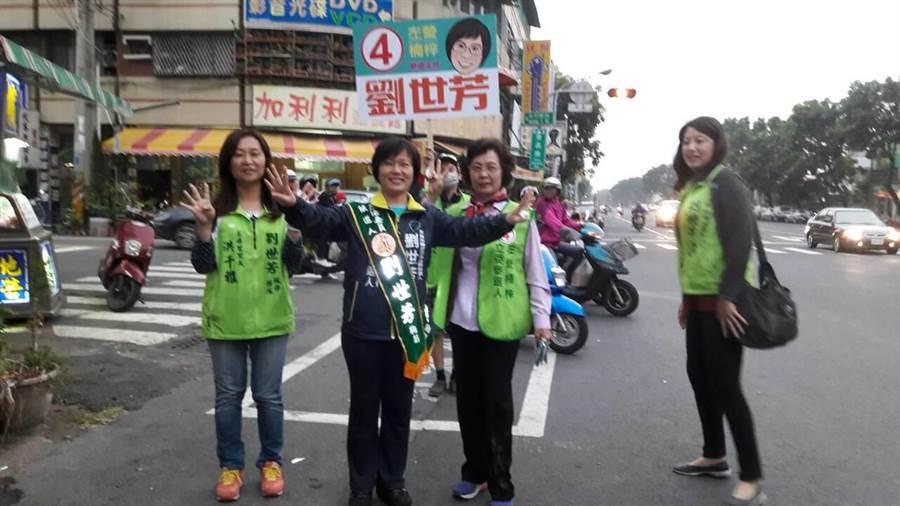 左楠區立委候選人劉世芳(左二)今天下午掃街拜票。(柯宗緯攝)