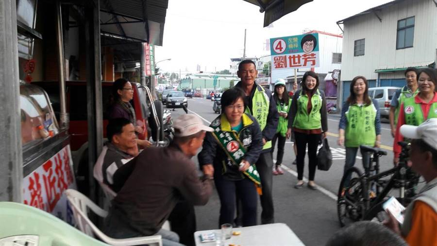 左楠區立委候選人劉世芳今天下午掃街拜票。(柯宗緯翻攝)