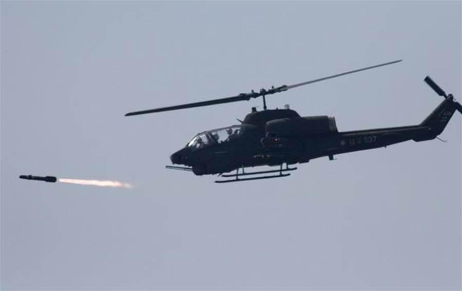 圖為美製AH-1W 超級眼鏡蛇武裝直升機發射地獄火導彈的資料照。(圖/美聯社)