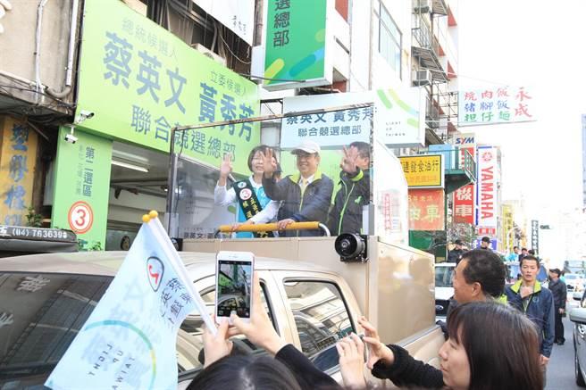 民進黨副總統候選人陳建仁今天上午10點到彰化陪同立委候選人黃秀芳車隊掃街拜票。(吳敏菁攝)