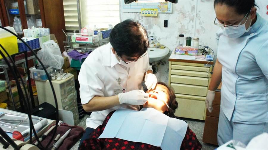 「滿州鄉牙醫巡迴醫療站」雖募集的是半新設備,但水準卻不輸市區的診所。(周綾昀攝)