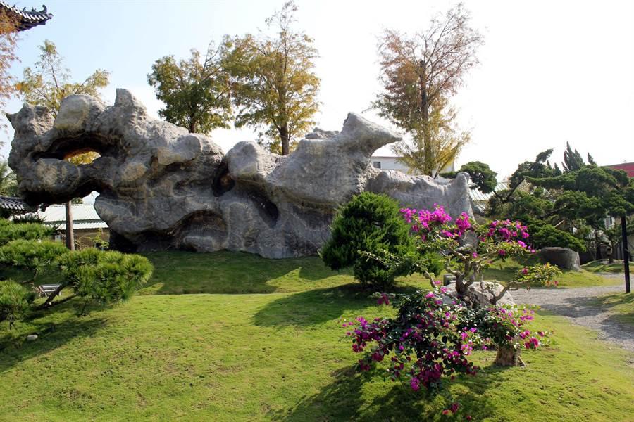 位於玄空法寺入口的這塊天然靈璧石,重達173噸,外形看起來像一條龍,令人嘖嘖稱奇。(黃文博攝)