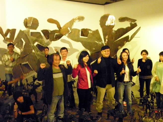 參與雕塑雙年展的藝術家們一起合影。(李義攝)