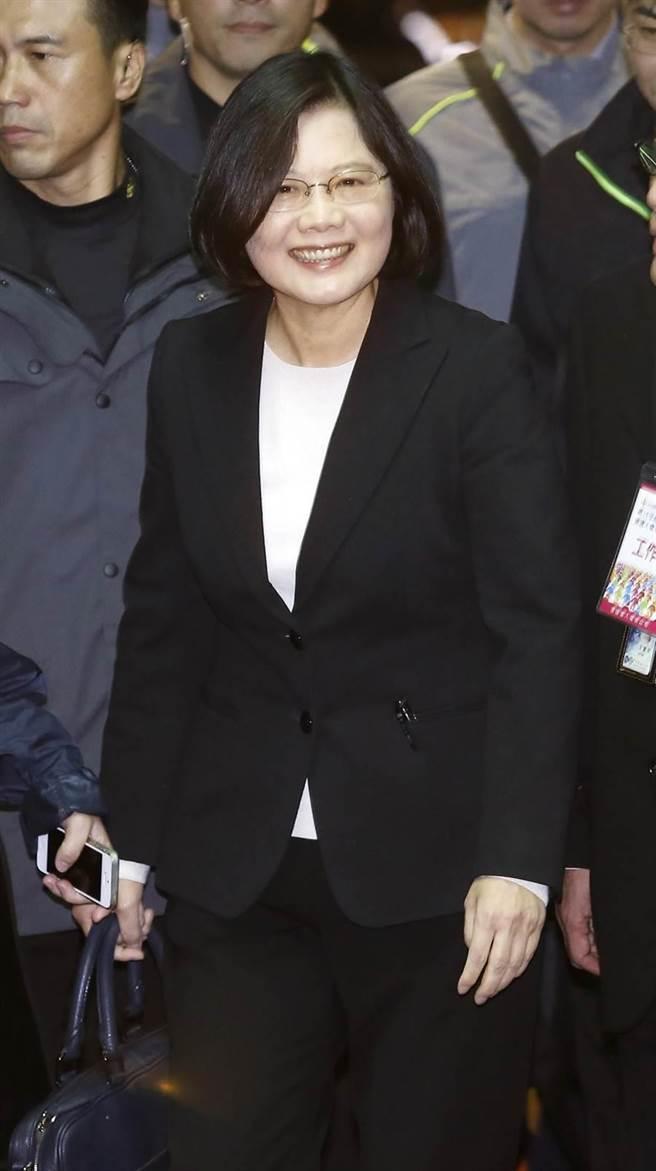 民進黨總統候選人蔡英文30日穿著黑色套裝出席電視政見發表會。(姚志平攝)