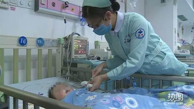 男嬰慘遭舅媽下毒手,性命垂危。(翻攝騰訊網)