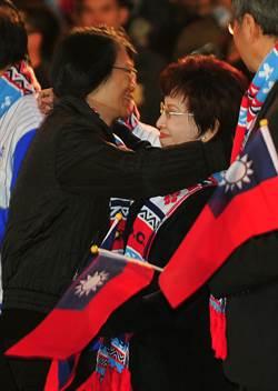 元旦升旗 周美青再給柱姊愛的抱抱