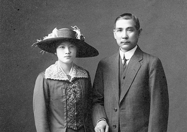 當宋慶齡還是1歲小女娃時,孫中山就啟動了光源氏計畫,等宋慶齡22歲時終於把她娶回家。(圖/報系資料照)
