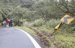 天雨路滑衝下山坡 駕駛自行脫困