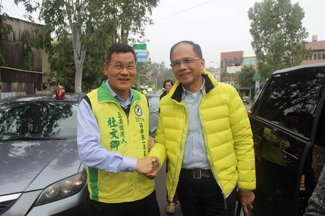 前行政院長游錫堃(右)稱讚杜文卿(左)深耕地方也有國會經驗,是很好的人才。(黎薇攝)
