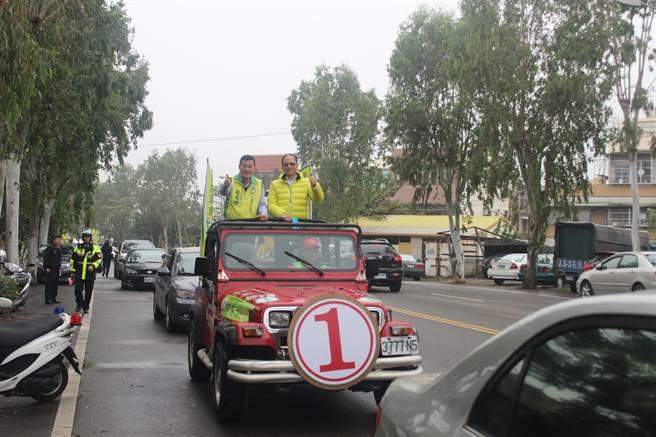 前行政院長游錫堃(右)上午陪同立委候選人杜文卿在竹南市區車隊掃街。(黎薇攝)
