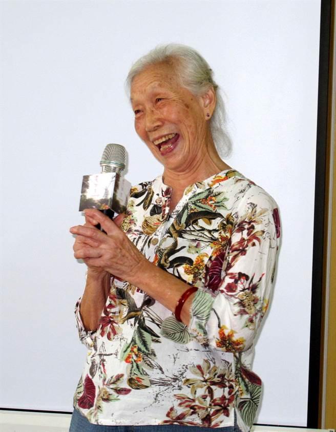 高雄市左營眷村82歲奶奶常學光參加「愛回來」微電影演出,5日出席發表會,興奮之情溢於言表。(呂素麗攝)