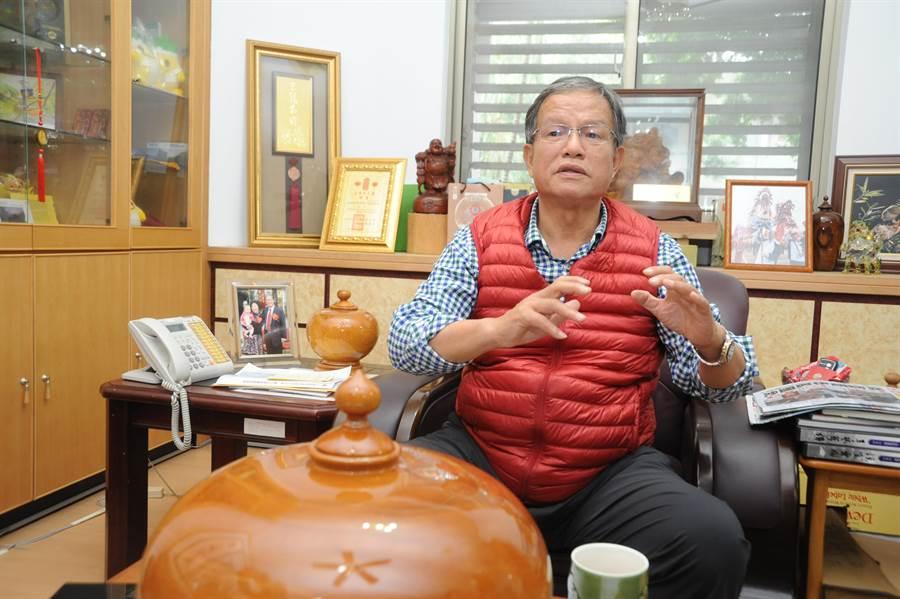苗栗市長邱炳坤,宣布自7日起停收苗栗市縣府所屬行政機關垃圾。(陳慶居攝)