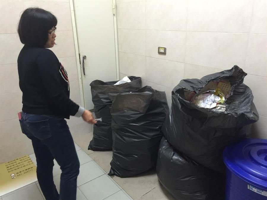 縣府員工面對即將爆發的垃圾風暴,憂心之餘仍要求市公所依法清運。(陳慶居攝)