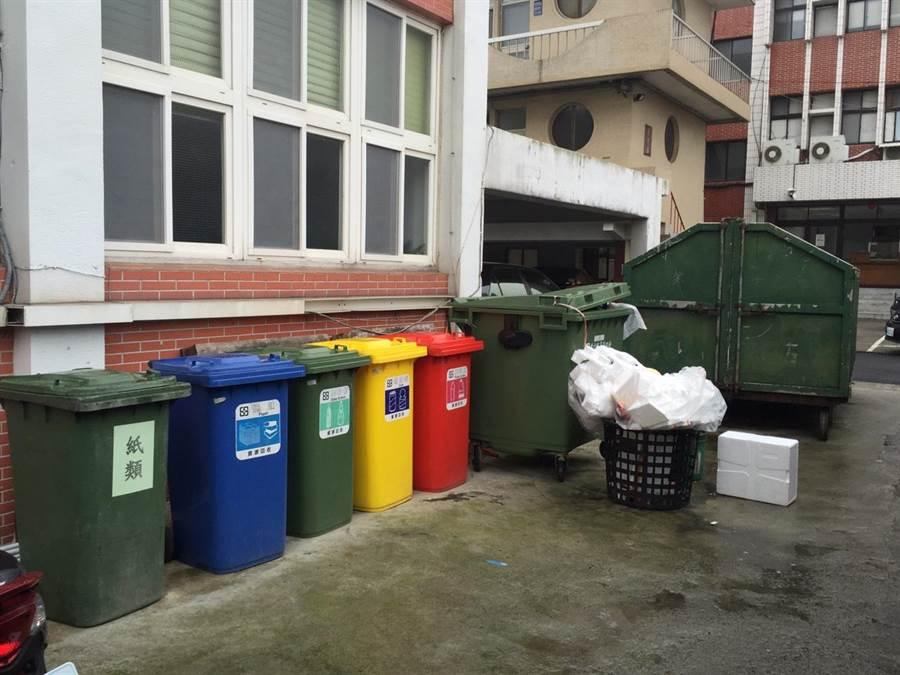苗栗縣警察局的分類垃圾和垃圾子車,將成為被拒絕清運的目標。(陳慶居攝)