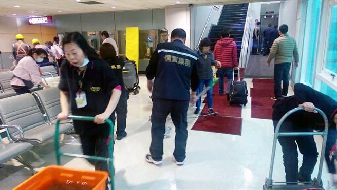 桃園國際機場第二航廈C4候機室廁所溢水,清潔人員至現場全力進行疏通。(機場公司提供)