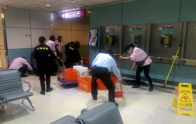 機場公司動員維護廠商及清潔人員至現場全力進行疏通。(機場公司提供)