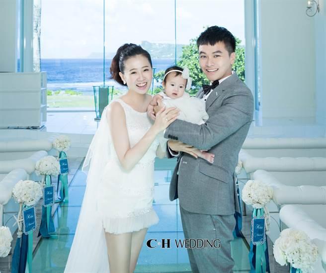 方志友和老公楊銘威及女兒Mia一家三口赴關島拍甜蜜婚紗照。(CH Wedding提供)