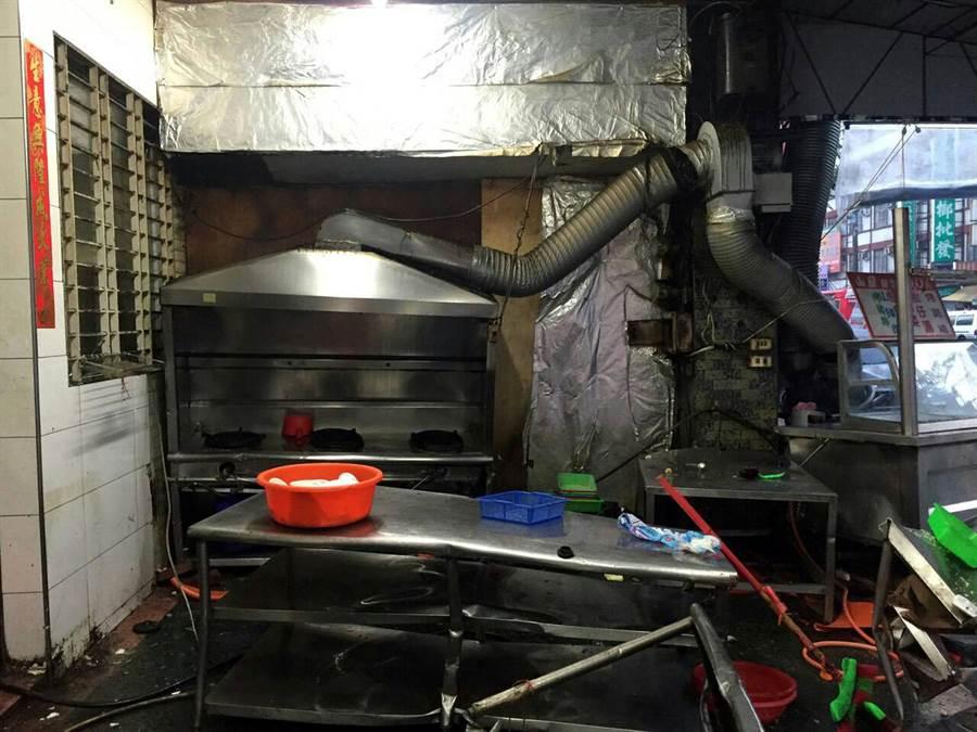 遭撞的海產店連桌子都被撞歪了。(讀者提供)