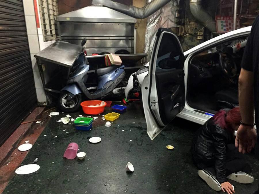 陳女開車因與機車擦撞衝進海產店騎樓,她流鼻血痛的跌坐地上送醫。(讀者提供)