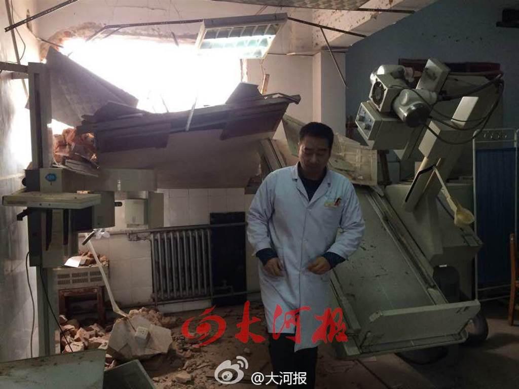鄭州鄭大四附院遭強拆,設備毀損,醫師及病人嚇壞了。(取自《大河報》微博)