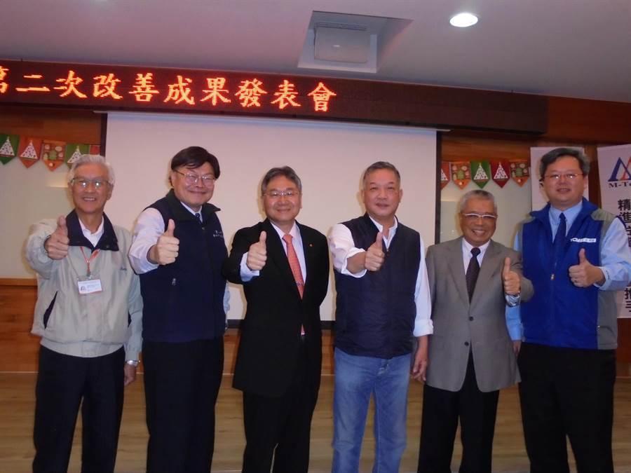 台灣工具機產業M-TEAM聯盟今日舉行成果發表會,左三為創會會長台中精機董事長黃明和、右三為現任會長台灣麗馳董事長胡偉華。(沈美幸攝)