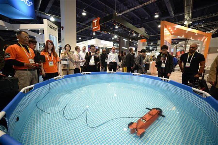 雷虎這次在美國拉斯維加斯的CES展,展示水下遙控無人艇,現場吸引不少買主或參觀者駐足觀看。(圖/劉朱松)