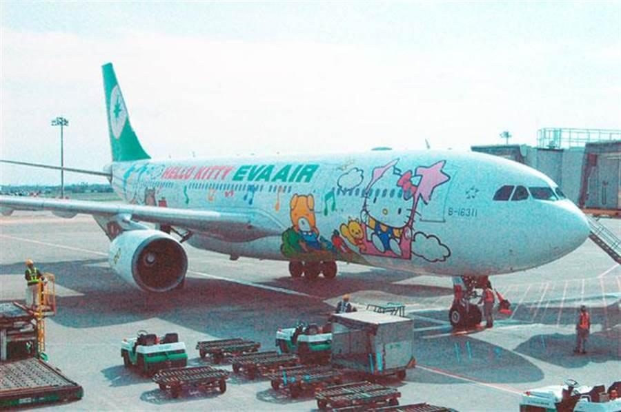 長榮航空今緊急發布新聞澄清,油損金額為35.47億元,非新聞報導之500億。圖為停泊在桃園機場的長榮航空班機。(資料照片 高興宇攝)