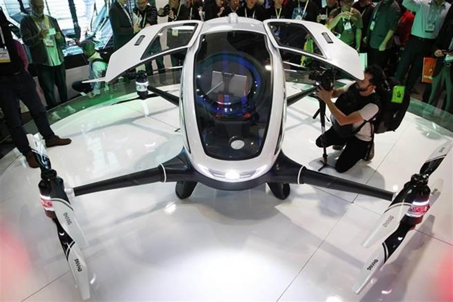 億航號稱184電動無人機能載人,使無人機上戰場又成為熱門話題。圖為億航184無人機在賭城國際消費電子展的資料照。(圖/美聯社)