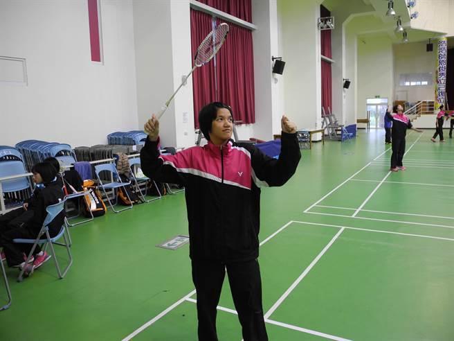 東泰高中3年級學生鍾玉鳳近日參加2016年全國羽球排名賽,獲得乙組女生單打第3名,並取得進入甲組的資格。(呂紹鋒攝)
