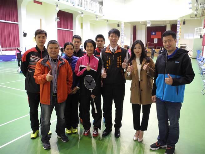 鍾玉鳳(右四)是竹縣目前唯一1個從國小、國中、高中都在竹東在地培養出來的選手,未來發展也備受期許。(呂紹鋒攝)