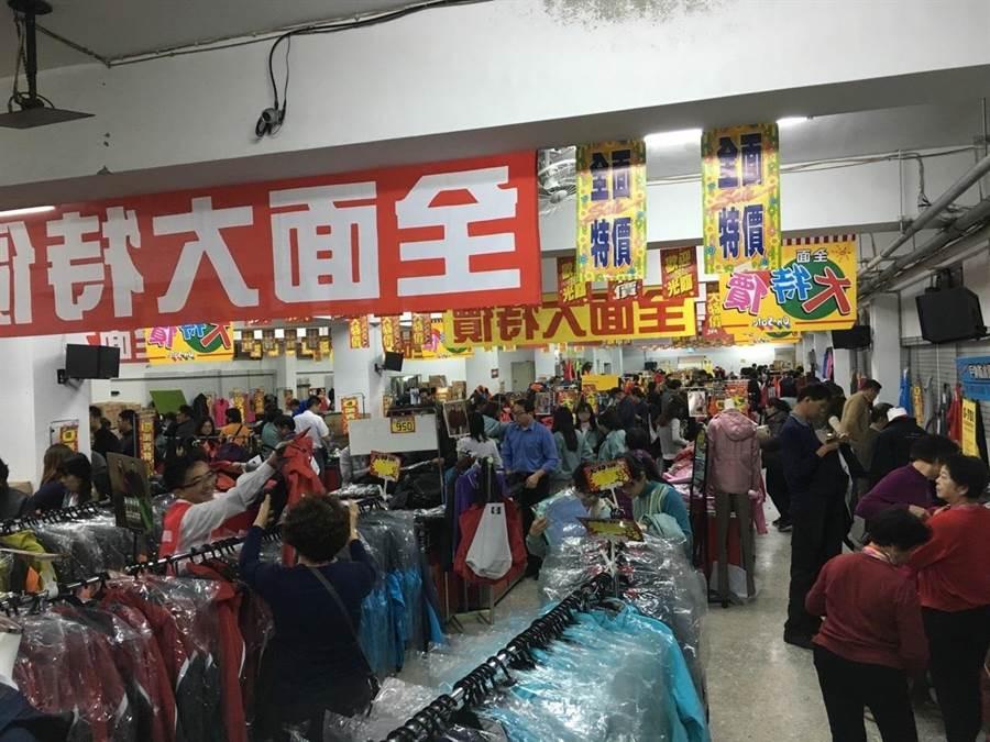 達新工業今日起,一連三天,舉辦產品特賣會,並祭出優惠折扣,來吸引民眾採購。(圖/劉朱松)