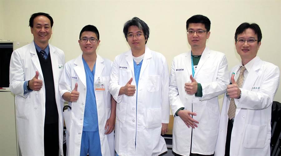 台南醫院新化分院院長莊仁賓(右),商請成大醫院急診部主任莊佳璋(左)的團隊洪紹恩(左二起)、楊朝詠、黃建璋共同守護東台南民眾健康。(黃文博攝)