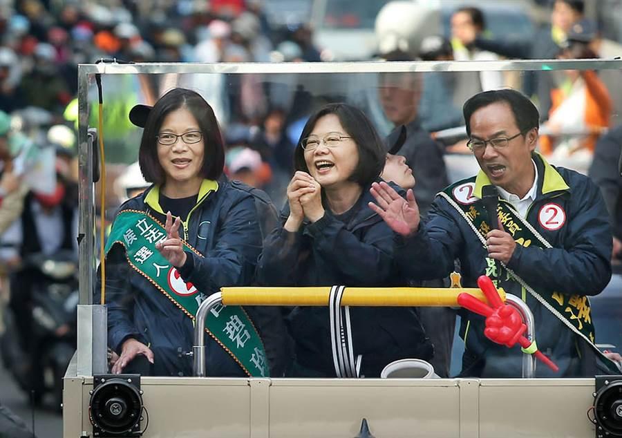 民進黨總統候選人蔡英文(中)14日南下高雄陪同黨內區域立委候選人管碧玲(左)和李昆澤(右)車隊掃街拜票,許多支持群眾在路口揮旗力挺。(王錦河攝)