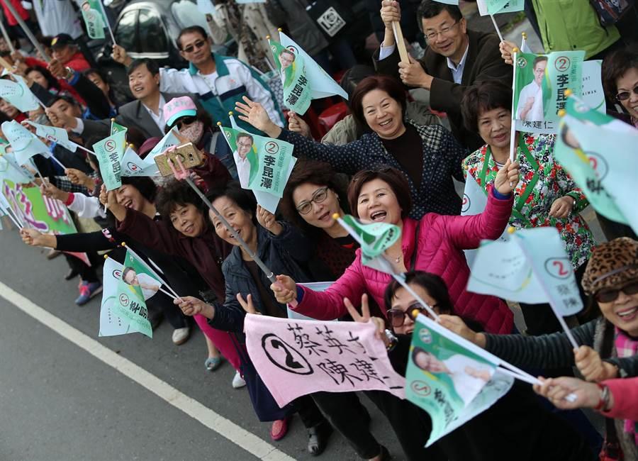 蔡英文14日南下高雄輔選並車隊掃街拜票,許多支持群眾在路口揮旗力挺。(王錦河攝)