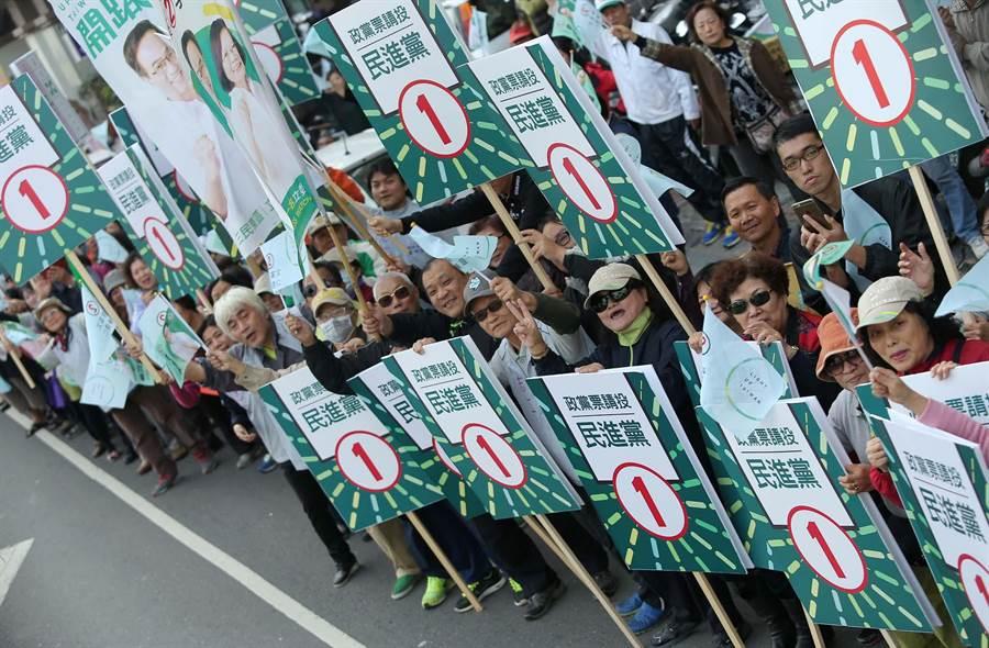 許多支持群眾在路口手持標語,揮旗力挺。(王錦河攝)