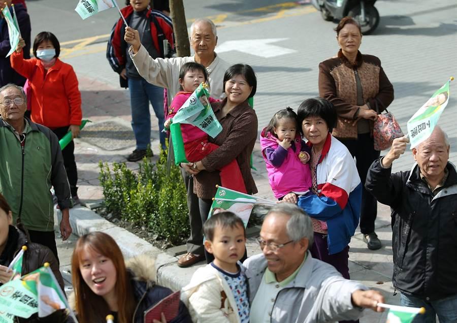 不少支持群眾帶著小孩在路口力挺小英。(王錦河攝)